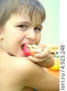 Мальчик ест яблоко. Стоковое фото, фотограф Юлия Москаленко / Фотобанк Лори