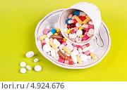Купить «Разноцветные таблетки и капсулы в чашке и блюдце», фото № 4924676, снято 20 января 2013 г. (c) Никончук Алексей / Фотобанк Лори