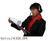 Купить «Темнокожая сотрудница колл-центра», фото № 4926384, снято 18 апреля 2011 г. (c) Phovoir Images / Фотобанк Лори