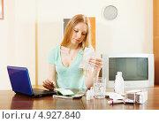 Женщина читает инструкцию к лекарству. Стоковое фото, фотограф Яков Филимонов / Фотобанк Лори