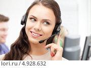 Купить «Сотрудница телефонном службы поддержки с гарнитурой работает в кол-центре», фото № 4928632, снято 20 сентября 2018 г. (c) Syda Productions / Фотобанк Лори