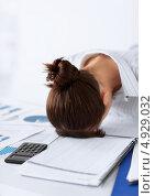 Купить «Уставшая женщина спит за рабочим столом», фото № 4929032, снято 24 апреля 2013 г. (c) Syda Productions / Фотобанк Лори