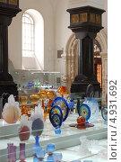 Купить «Лабрадоровые колонны в музее хрусталя в Гусь-Хрустальном на фоне экспозиции», фото № 4931692, снято 18 мая 2013 г. (c) Бабкина Марина / Фотобанк Лори