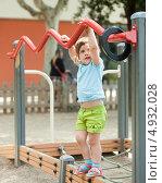 Трехлетняя девочка играет на детской площадке. Стоковое фото, фотограф Яков Филимонов / Фотобанк Лори