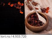 Деревянная миска и ложка. Стоковое фото, фотограф Максим Савин / Фотобанк Лори
