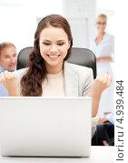 Сотрудница кол-центра отвечает на телефонные звонки в офисе. Стоковое фото, фотограф Syda Productions / Фотобанк Лори