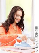 Купить «Счастливая домохозяйка гладит дома утюгом», фото № 4939488, снято 16 июля 2011 г. (c) Syda Productions / Фотобанк Лори