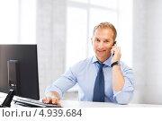 Купить «Бизнесмен в офисе отвечает на телефонный звонок», фото № 4939684, снято 9 июня 2013 г. (c) Syda Productions / Фотобанк Лори