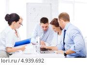 Купить «Офисные сотрудники коллегиально обсуждают проект», фото № 4939692, снято 9 июня 2013 г. (c) Syda Productions / Фотобанк Лори