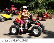 Купить «Дети катаются на детском электромобиле», фото № 4940348, снято 4 августа 2013 г. (c) EgleKa / Фотобанк Лори