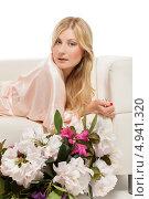 Купить «Блондинка лежит на диване рядом с букетом цветов», фото № 4941320, снято 19 апреля 2019 г. (c) Игорь Бородин / Фотобанк Лори