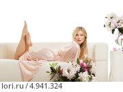 Купить «Светловолосая женщина лежит на диване», фото № 4941324, снято 19 апреля 2019 г. (c) Игорь Бородин / Фотобанк Лори