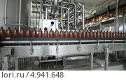 Купить «Интерьер пивзавода. Конвейерная линия c движущимися пивными бутылками», видеоролик № 4941648, снято 11 августа 2013 г. (c) Игорь Долгов / Фотобанк Лори