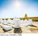Древнее мусульманское кладбище через дорогу от мечети в г Кайруан. Тунис (2013 год). Стоковое фото, фотограф Антон Куделин / Фотобанк Лори