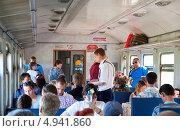 Купить «Подмосковье, контролеры проверяют билеты в электричке», эксклюзивное фото № 4941860, снято 10 августа 2013 г. (c) Татьяна Юни / Фотобанк Лори