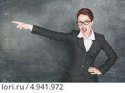 Учительница кричит и выгоняет ученика из класса. Стоковое фото, фотограф Darkbird77 / Фотобанк Лори