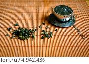 Зеленый чай и металлическое ситичко. Стоковое фото, фотограф Надежда Бобкова / Фотобанк Лори