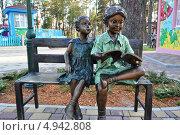Купить «Скульптура детей, читающих книгу в парке развлечений в Харькове», фото № 4942808, снято 23 апреля 2013 г. (c) Sanna / Фотобанк Лори