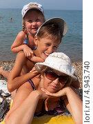 Счастливая семья на пляже. Стоковое фото, фотограф Николай Мухорин / Фотобанк Лори