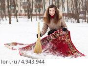 Купить «Девушка чистит ковер на снегу», фото № 4943944, снято 5 декабря 2012 г. (c) Яков Филимонов / Фотобанк Лори
