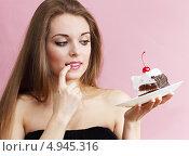Купить «Девушка держит тарелку с куском торта», фото № 4945316, снято 26 февраля 2013 г. (c) Юлия Маливанчук / Фотобанк Лори