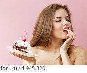 Купить «Девушка ест торт», фото № 4945320, снято 26 февраля 2013 г. (c) Юлия Маливанчук / Фотобанк Лори