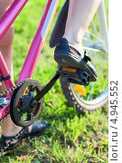 Купить «Велосипедист на велосипеде, крупный план ног с педалями», фото № 4945552, снято 8 августа 2013 г. (c) Кекяляйнен Андрей / Фотобанк Лори