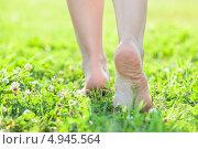 Купить «Легкой поступью босыми ногами по нежной летней траве», фото № 4945564, снято 8 августа 2013 г. (c) Кекяляйнен Андрей / Фотобанк Лори