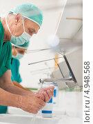 Купить «Пожилой хирург моет руки», фото № 4948568, снято 24 апреля 2012 г. (c) Wavebreak Media / Фотобанк Лори
