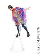 Купить «Актер травести в блестящем платье с разноцветными лентами стоит на лестнице-стремянке», фото № 4948876, снято 11 августа 2013 г. (c) Discovod / Фотобанк Лори
