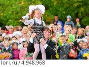 Купить «Девочка звонит в колокольчик 1 сентября», эксклюзивное фото № 4948968, снято 1 сентября 2012 г. (c) Алёшина Оксана / Фотобанк Лори