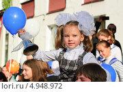 Купить «Девочка звонит в колокольчик 1 сентября», эксклюзивное фото № 4948972, снято 1 сентября 2012 г. (c) Алёшина Оксана / Фотобанк Лори