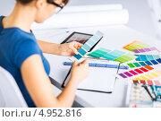 Купить «Профессиональный дизайнер выбирает цветовую палитру», фото № 4952816, снято 29 мая 2013 г. (c) Syda Productions / Фотобанк Лори