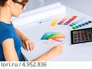 Купить «Девушка-дизайнер выбирает цвета на палитре», фото № 4952836, снято 29 мая 2013 г. (c) Syda Productions / Фотобанк Лори
