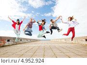 Купить «Веселые друзья танцуют на крыше», фото № 4952924, снято 20 июля 2013 г. (c) Syda Productions / Фотобанк Лори