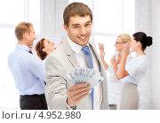 Счастливый бизнесмен с деньгами в офисе. Стоковое фото, фотограф Syda Productions / Фотобанк Лори