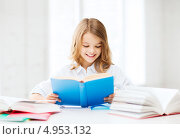 Купить «Маленькая девочка сидит за партой с книгами», фото № 4953132, снято 31 июля 2013 г. (c) Syda Productions / Фотобанк Лори