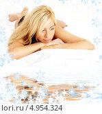 Купить «Задумчивая девушка расслабленно лежит на белом песке у воды», фото № 4954324, снято 15 августа 2006 г. (c) Syda Productions / Фотобанк Лори
