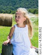 Купить «Портрет симпатичной пятилетней девочки с развевающимися длинными волосами», фото № 4956892, снято 14 августа 2013 г. (c) Ирина Кожемякина / Фотобанк Лори