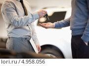 Купить «Руки мужчин, один из которых вручает ключи от автомобиля другому», фото № 4958056, снято 17 апреля 2012 г. (c) Wavebreak Media / Фотобанк Лори