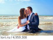 Купить «Целующаяся влюбленная пара в море,жара», фото № 4959308, снято 26 июля 2013 г. (c) Emelinna / Фотобанк Лори