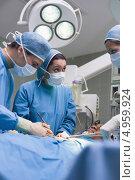 Купить «Врачи проводят операцию в больнице», фото № 4959924, снято 25 апреля 2012 г. (c) Wavebreak Media / Фотобанк Лори
