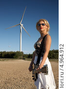 Купить «Красивая девушка с гитарой стоит на улице», фото № 4964912, снято 15 июля 2006 г. (c) Syda Productions / Фотобанк Лори
