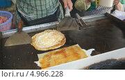 Купить «Приготовление жареных блинов (китайский уличный fast-food)», видеоролик № 4966228, снято 6 июля 2013 г. (c) Konstantin Kartashov / Фотобанк Лори