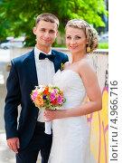 Купить «Весёлые жених с невестой на прогулке», эксклюзивное фото № 4966716, снято 15 июня 2013 г. (c) Игорь Низов / Фотобанк Лори