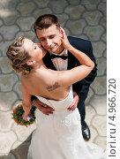 Купить «Невеста целует жениха. Вид сверху», эксклюзивное фото № 4966720, снято 15 июня 2013 г. (c) Игорь Низов / Фотобанк Лори