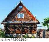 Купить «Облицовка столетнего деревянного дома отделочным кирпичом», фото № 4966980, снято 20 мая 2013 г. (c) Анна Мартынова / Фотобанк Лори