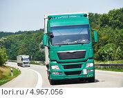 Купить «Движущийся по дороге грузовик с прицепом», фото № 4967056, снято 8 июля 2013 г. (c) Дмитрий Калиновский / Фотобанк Лори