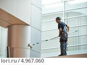 Купить «Мужчина моет большое окно здания», фото № 4967060, снято 9 апреля 2013 г. (c) Дмитрий Калиновский / Фотобанк Лори