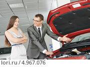Купить «Продавец демонстрирует новый автомобиль для молодой женщины», фото № 4967076, снято 18 мая 2013 г. (c) Дмитрий Калиновский / Фотобанк Лори